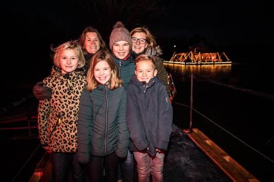 Het was nog donker toen mama's Christel (rechts) en Ilse met Dita, Oona, Lore en Otto de eerste 495 euro doneerden, voor het Berrefonds.