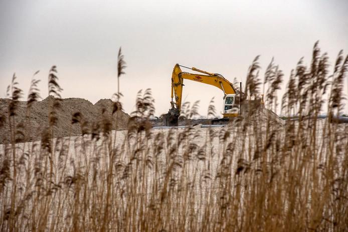 De werkzaamheden voor de uitbreiding van Zeewolde in het zogenoemde Havenkwartier zijn al in volle gang. Voordat met het afgraven van de kleilaag kan worden begonnen, moet eerst duidelijk worden wat de gevolgen daarvan zijn.