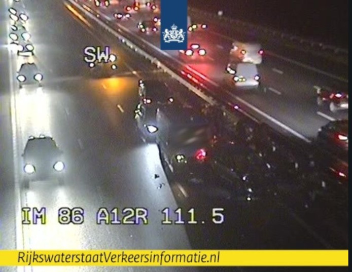 De situatie op de A12 bij Bennekom kort na het ongeluk op camerabeeld van Rijkswaterstaat. .