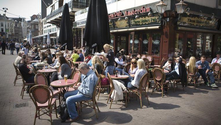 Het terras van de Three Sisters Pub aan het Rembrandtplein. Foto: Floris Lok Beeld