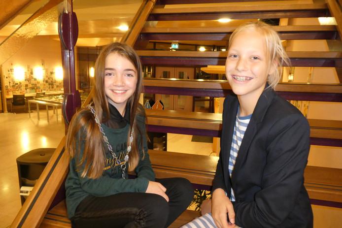 Michelle (links) en Roos (rechts). De nieuwe en de scheidende kinderburgemeester van Sint-Michielsgestel.
