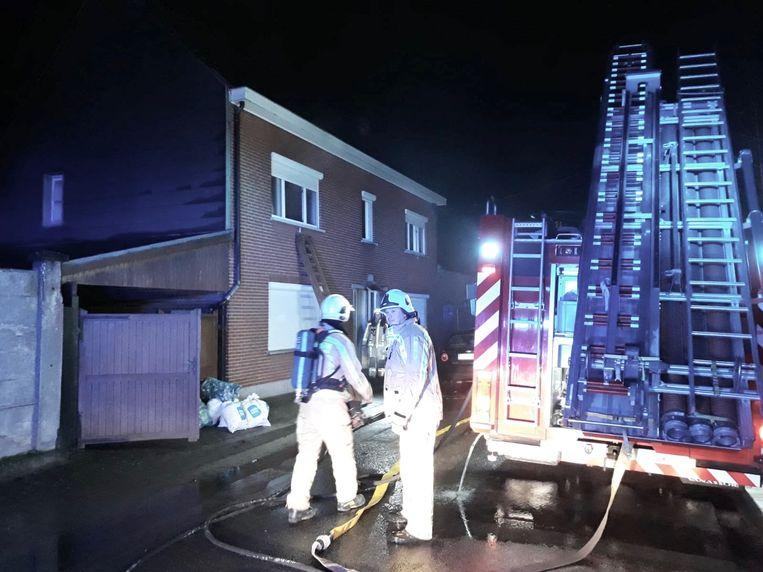 De brandweer moest drie van de bewoners evacueren vanop de eerste verdieping