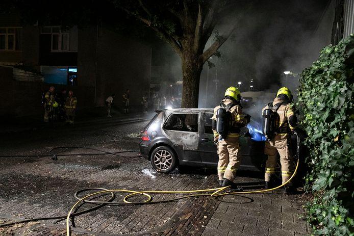 De brandweer heeft het vuur geblust van de auto in Klarendal.
