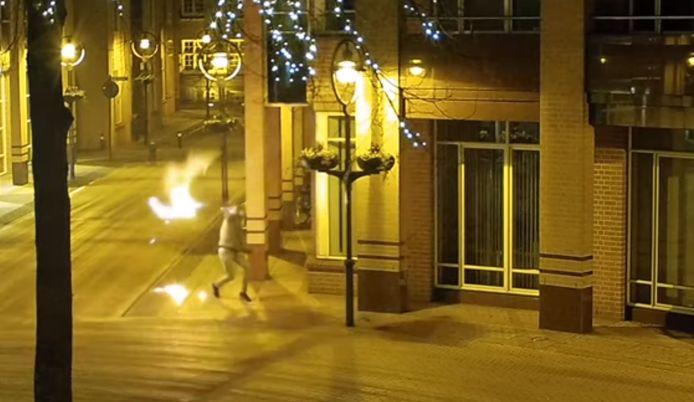 Iemand gooit een molotovcocktail naar het gemeentehuis van Valkenswaard. Omdat de lont eruit valt, mislukt de brandstichting.