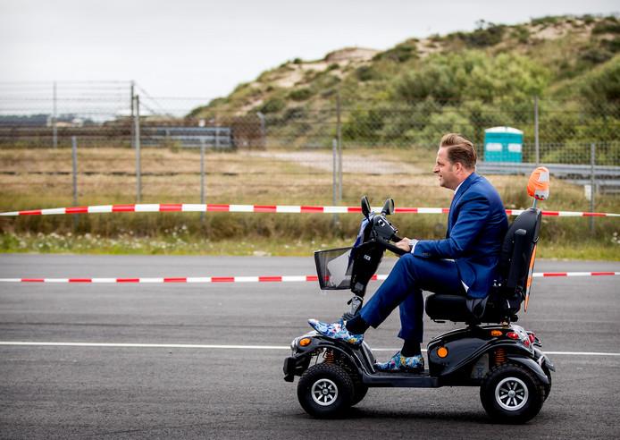Minister Hugo de Jonge van Volksgezondheid, Welzijn en Sport in actie tijdens het NK Scootmobiel op het Circuit van Zandvoort afgelopen zomer