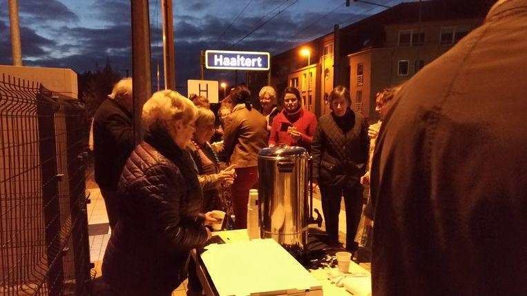 Pendelend Haaltert stond 's ochtends aan het station in Haaltert met koffie voor de treinreizigers om zijn memorandum voor te stellen.