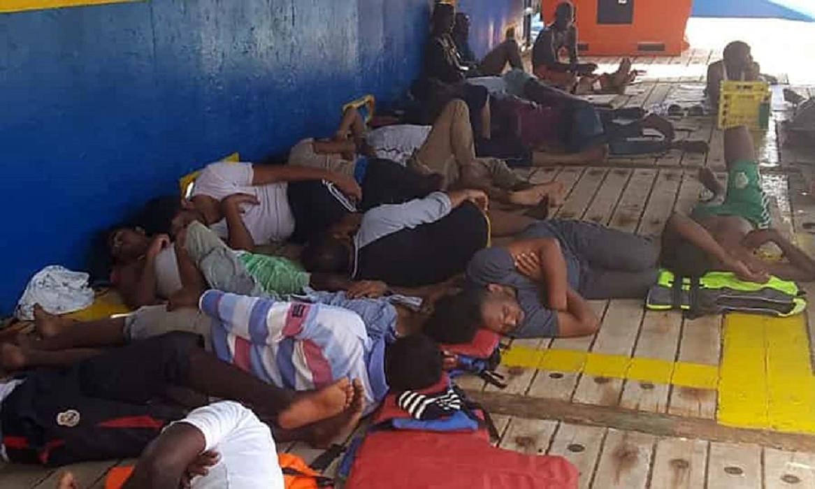 De opvarenden zijn tussen de 17 en 36 jaar oud. Onder hen bevinden zich volgens het Rode Kruis twee zwangere vrouwen.