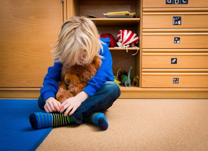 Een jongen in een speelkamer van een jeugdhulpverleningscentrum.