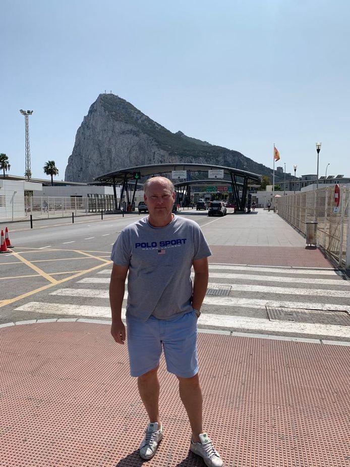 Bennie Brinkman met op de achtergrond de rots van Gibraltar.