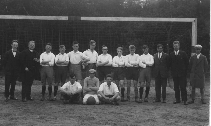 Het elftal van De Zweef ergens rond 1930.