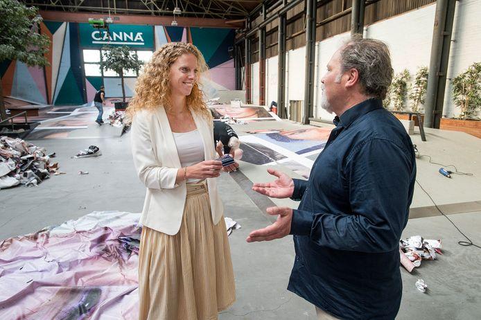 Directeur Fleur van Muiswinkel ontvangt uit handen van Frank Toeset een pakje kunst. Het pakje staat symbool voor een petitie met meer dan zevenhonderd handtekeningen om het kunstwerk Destroy My Face te redden.