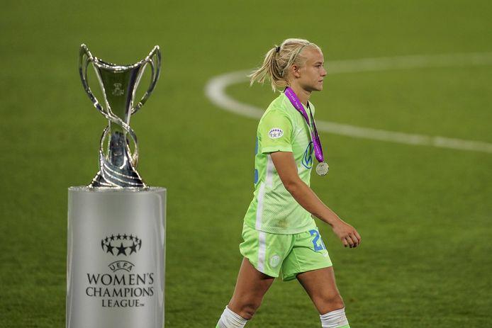 Pernille Harder treurt na de verloren finale tegen Olympique Lyon van zondagavond.