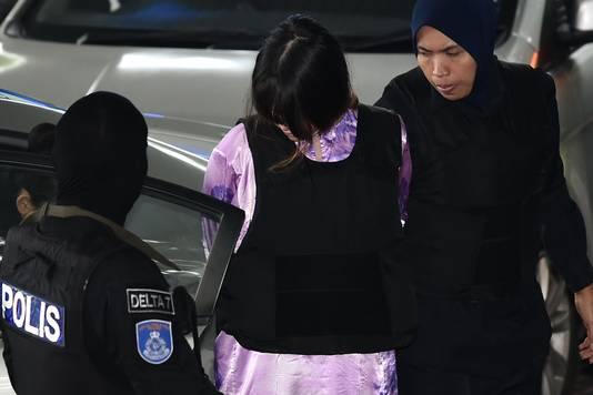 Politie brengt de van moord verdachte Doan Thi Huong het gerechtsgebouw binnen.
