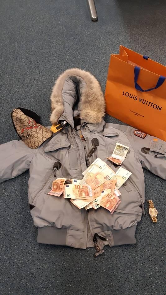 De politie nam Rolex-horloges, merkkleding en duizenden euro's aan cash in beslag.
