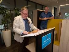 Als afscheidscadeau een dagje de directeur vervangen: Rick Haan (66) regelt gratis Snickers voor iedereen bij Impact in Kampen