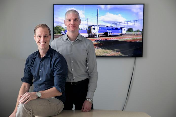 Huub van den Broek en Arjen Vestjens van CQM wonnen een prijs voor hun project waarin ze de spoorwegen helpen met wiskundige formules defecten aan het spoor te zoeken.