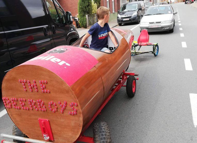 Eén van de deelnemers met een zelfgebouwd voertuig