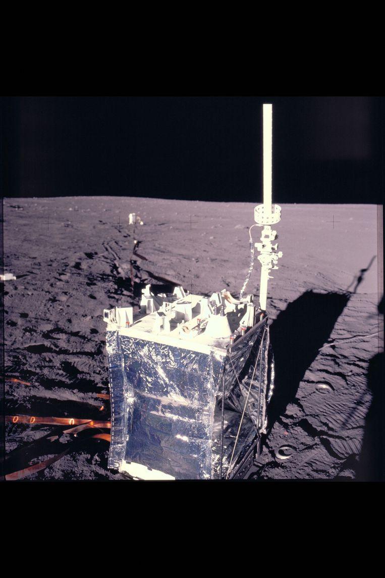 In de linkerhoek van dit maanexperiment zit een stofmeetapparaatje; zo groot als een luciferdoosje. Beeld NASA