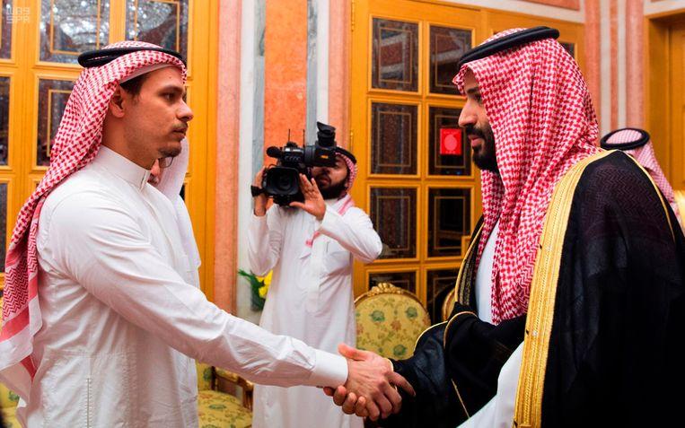 Kroonprins Mohammed bin Salman vroeg de zoon van Khashoggi (links) langs te komen op het paleis. Beeld AP