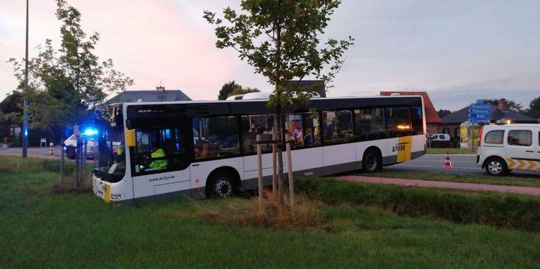 De bus reed om een nog onbekende reden het veld in.