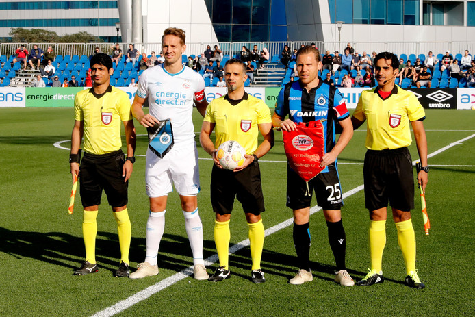 Ruud Vormer (2de rechts) voor het duel met PSV-aanvoerder Luuk de Jong.