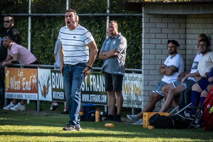 De trainer van SV Nijmegen schreeuwend langs de lijn tijdens de derby Krayenhoff - SV Nijmegen.