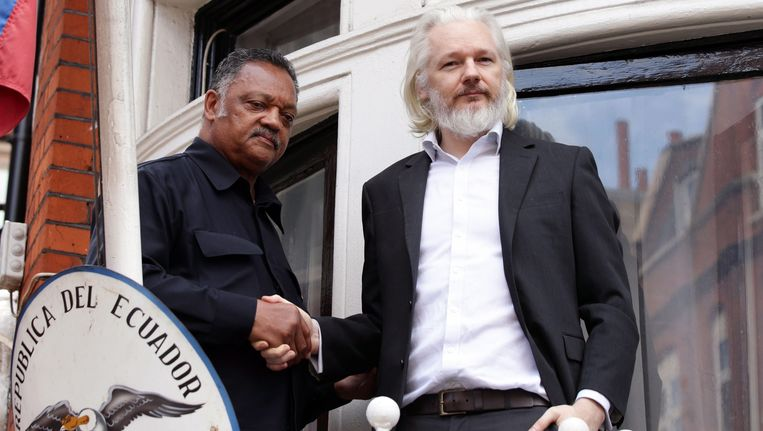 Julian Assange (rechts) met eerwaarde Jesse Jackson in de ambassade van Ecuador.