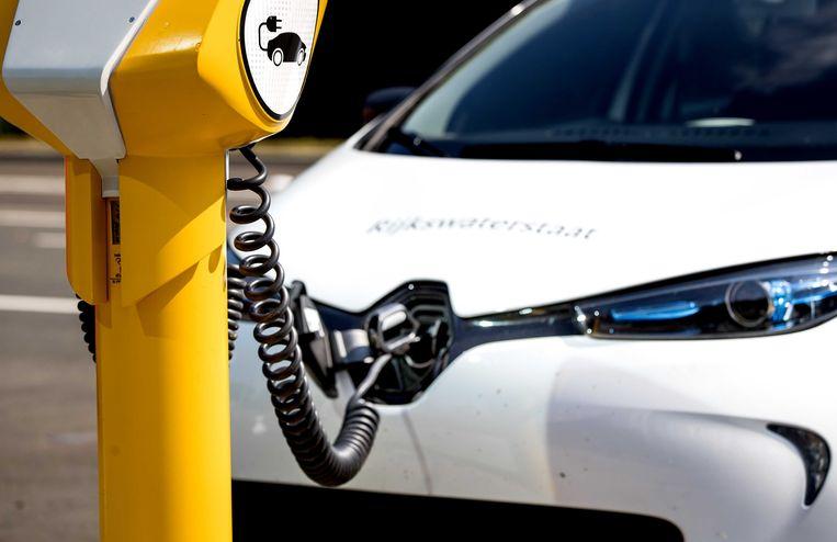 Een elektrische auto van Rijkswaterstaat aangesloten op een laadpraatpaal. Beeld ANP