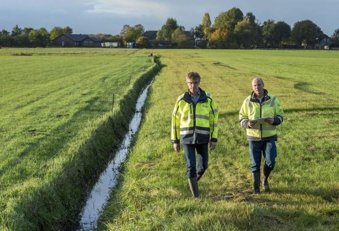 Bertus Ruitenberg en heemraad Dirk-Siert Schoonman gaan in 2016 het veld in om de sloten op onderhoud te controleren. Foto ter illustratie.