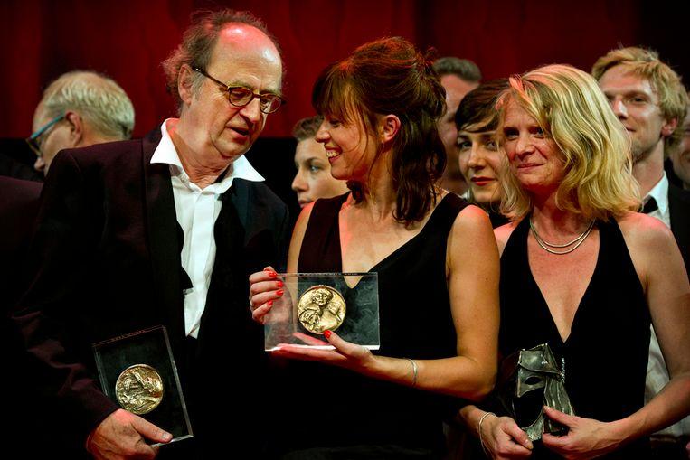 Kees Hulst (links) en Maria Kraakman (midden) met hun prijzen (ANP) Beeld ANP