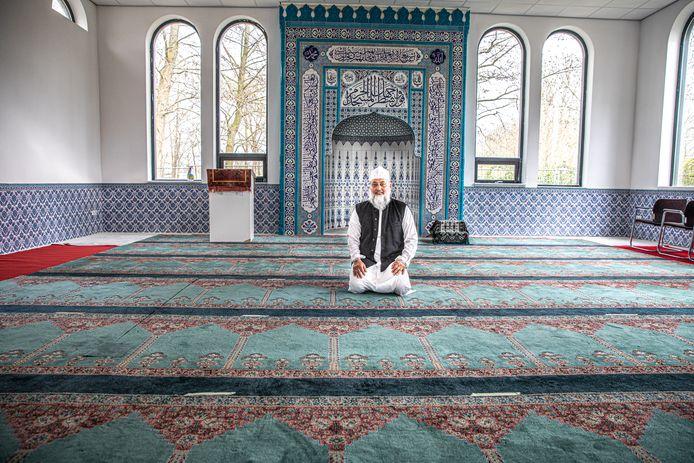 Het vrijdaggebed van de Miesbahoel Islam Zwolle gaat door, maar wel in beperkte vorm, met maximaal 30 personen. Imam Mohammed Cherief Goelab verklaart waarom de deuren niet helemaal dicht gaan.