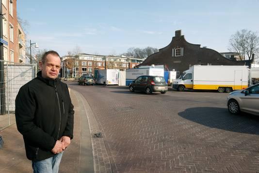 Harrie Loeters in de Kerkstraat met rechts de Markthal tijdens de weekmarkt op vrijdagmorgen. Foto Theo Kock
