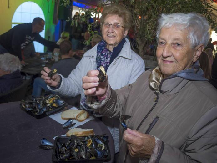 Liefst zeventig kilo zat er tijdens de Bamisfeesten in Kloosterzande in de pannen. En ze smaakten heerlijk, die mosselen. De opbrengst van de feesten gaat naar de Kloorianen. foto Ronald den Dekker