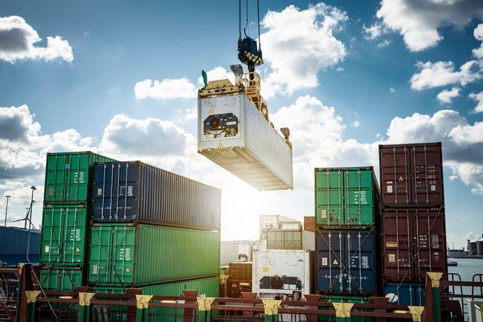 Containeroverslag in de haven van Vlissingen.
