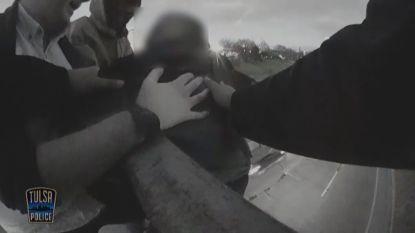 VIDEO. Schokkende beelden: Omstaanders redden man die zelfmoord wil plegen