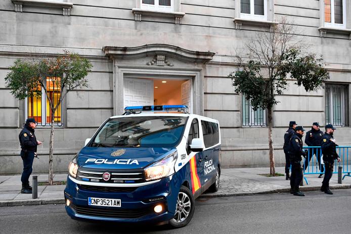 Spaanse politie bij de rechtbank.
