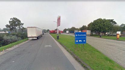 Politie door veertig migranten aangevallen bij controle op snelwegparking, waarschuwingsschot afgevuurd