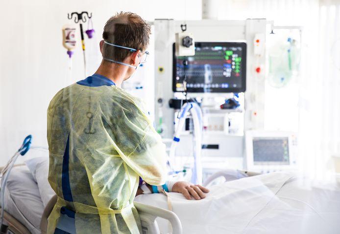 Een intensive care-arts behandelt een coronapatiënt die op de IC bed ligt in het Albert Schweitzer ziekenhuis in Dordrecht.