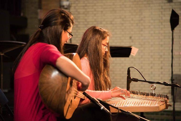 Bach maakt kennis met de Midden-Oosterse snaarinstrumenten van Syrische topmuzikanten. Beeld  Jean van Lingen