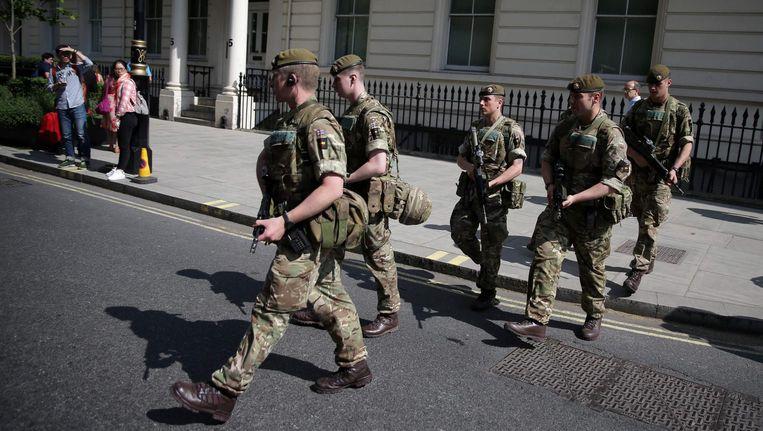 Militairen komen aan bij Buckingham Palace in Londen. Beeld afp