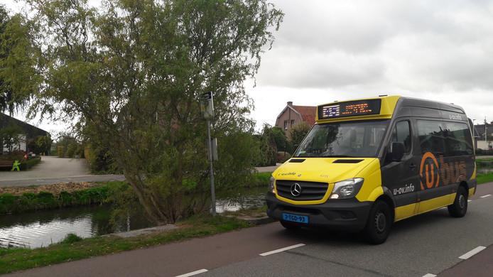De bus rijdt door Schalkwijk, zonder te stoppen.