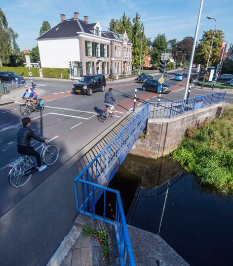 Werk aan de weg: nieuwe verkeerslichten bij Vriezebrug in Almelo