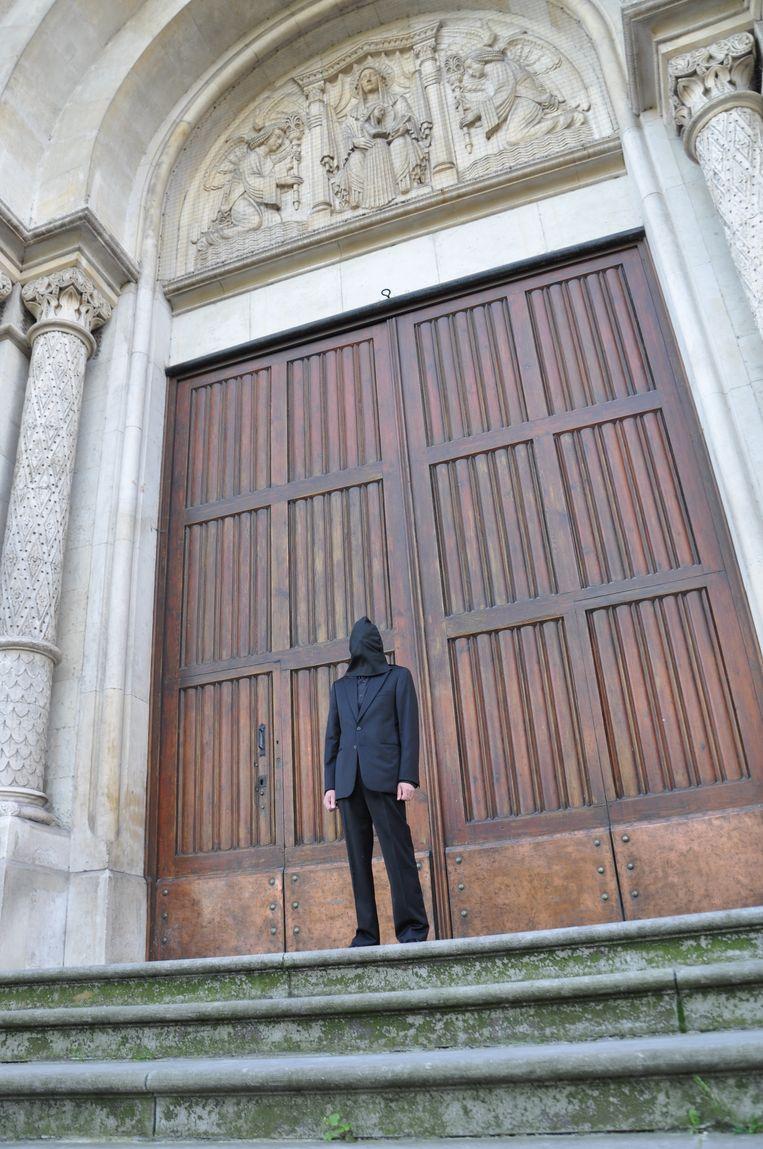 De kunstenaar stond een uur lang stil voor de ingang van de Sint-Annakerk uit protest voor de herbestemming.