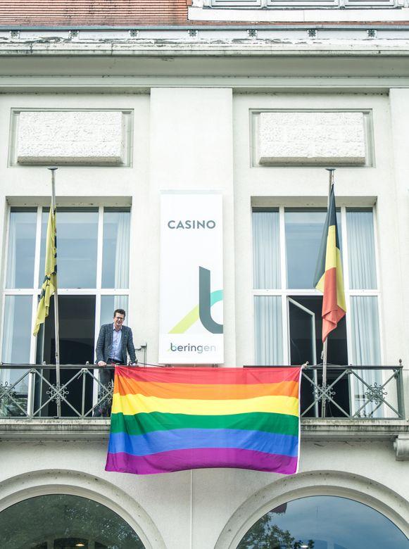 De regenboogvlag hangt onder meer uit in Beringen.