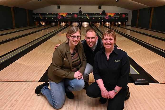 Sanne, John en Anja Peterse op de bowlingbaan van Erica.