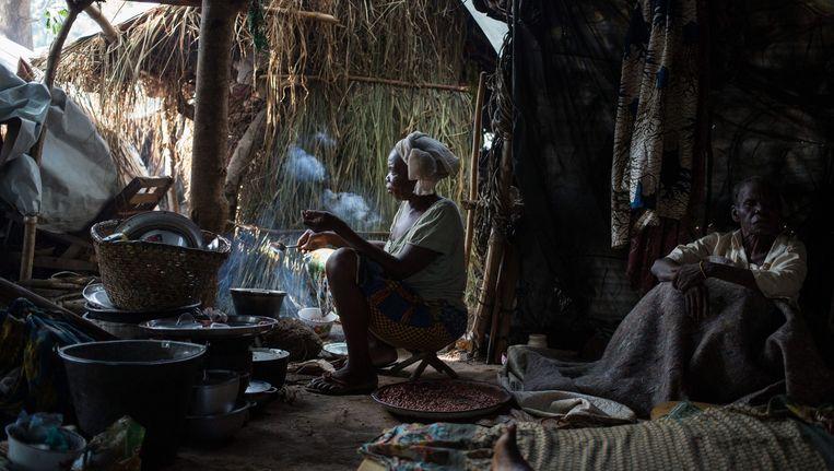 Een christelijke vluchtelinge kookt een maaltijd op een Franse basis, waar ze schuilt voor het geweld tussen de rebellengroepen Seleka en anti-Balaka. Beeld epa