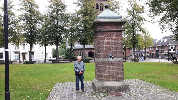 Frans van den Oetelaar, een van de initiatiefnemers, poseert bij de pomp die nu nog (even) aan het Lindeind staat.
