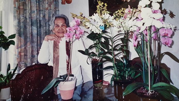Mevrouw Soewanie de Bie - Buan Phon tussen de bloemen rond haar 75ste levensjaar. Foto: familie de Bie