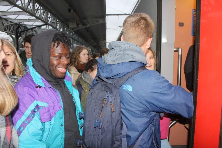 Jongeren nemen de trein in Aalst.