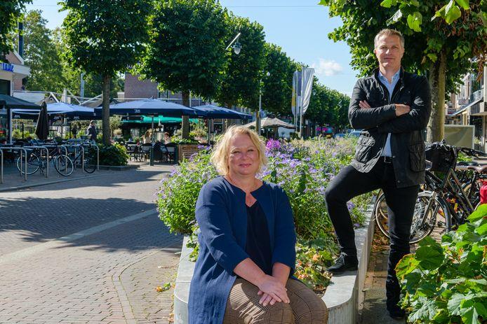 Lidia van Ingen (centrummanager) en Jeroen Peters (vestigingscoördinator) zagen afgelopen jaren hoe de Slotlaan zich weer vulde met terrassen en winkels.